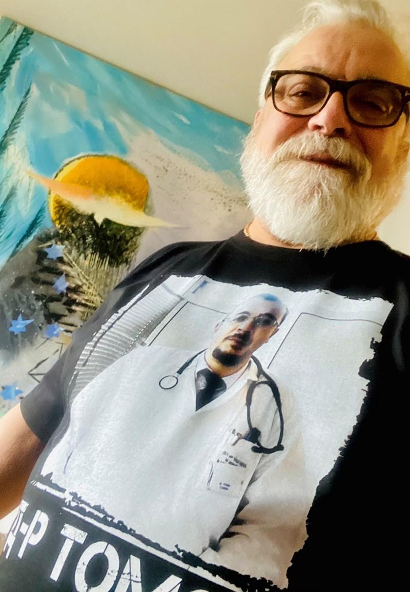 Владо Пенев е облякъл тениската, която си направи в знак на благодарност към доктор Томов. СНИМКИ: ЛИЧЕН АРХИВ