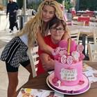 Майката на Гущерова с розова торта за 66
