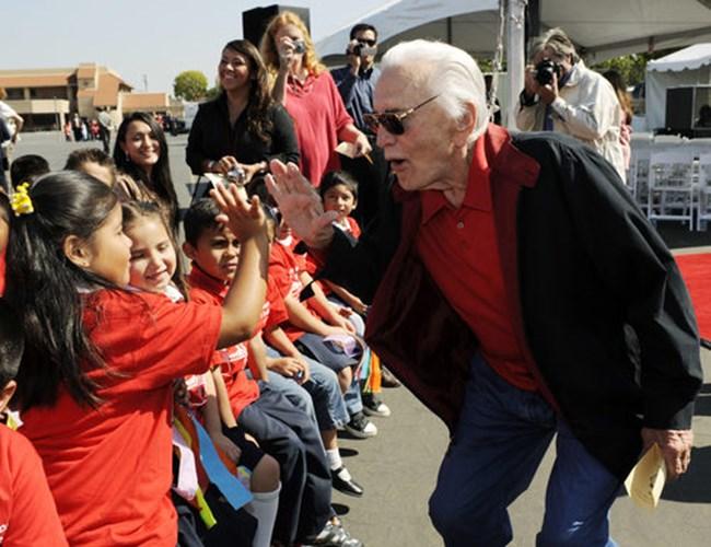 Кърк Дъглас се забавлява с деца в детска градина в Лос Анджелис на 28 май 2008 г..