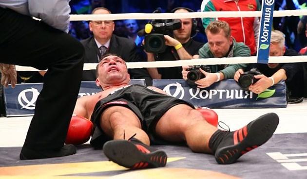 Боксьорът Кубрат Пулев е паднал в нокдаун поради мозъчно сътресение от удар по време на мач.
