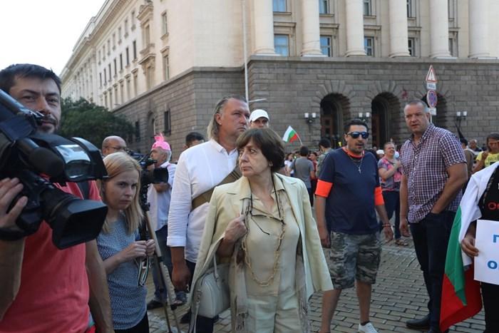Бившият премиер Ренета Инджова е част от протестите срещу властта от тяхното начало.