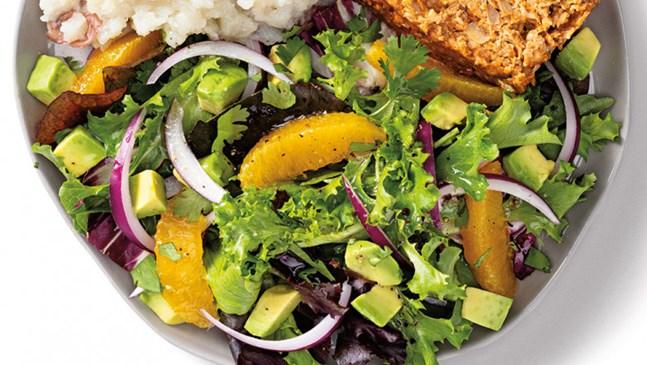 Нестандартна салата с лук и портокал