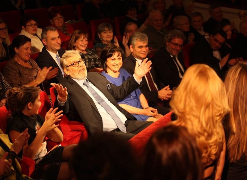 Приятели и почитатели на Стефан Данаилов препълниха Народния театър за 75-годишния му юбилей, а той бе отрупан с поздравления, цветя и любов. СНИМКА: РУМЯНА ТОНЕВА