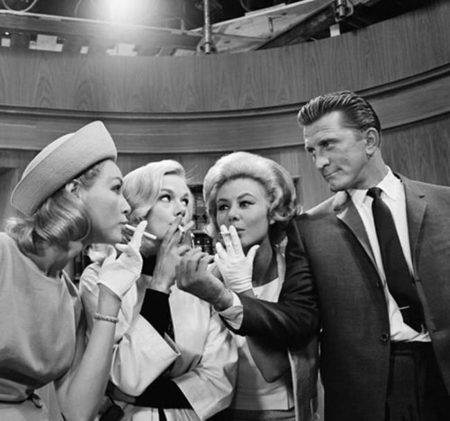 """Джули Новомар, Лесли Париш и Мици Гейнър (отляво надясно) и Кърк Дъглас снимани в студио на 14 август 1962 г. в Холивуд. Те участват във филма """"Three on a Match."""""""