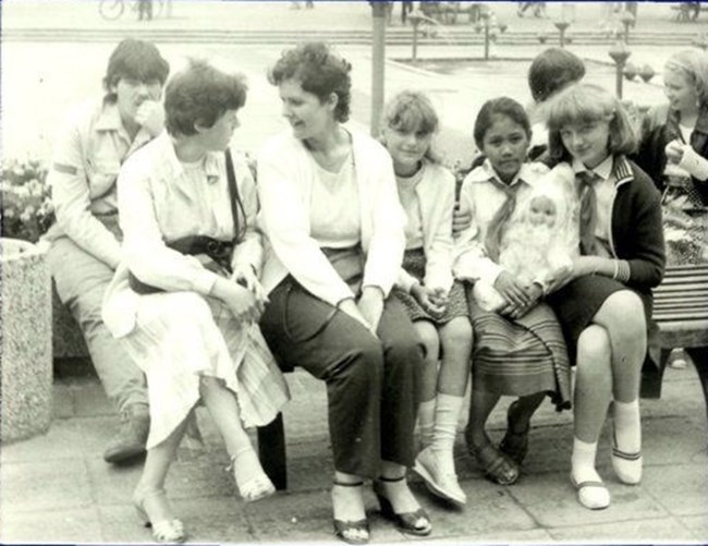 Едва 10-годишна отива в семейство в Източна Германия, където се сприятелява с Гретхен, а там е настанено и момиченце от Лаос.