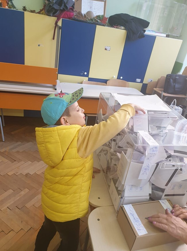 Виктор пуска бюлетина на кметските избори през октомври.