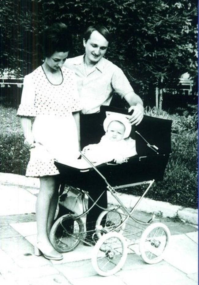 Деница Сачева на седем месеца заедно с родителите си.