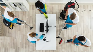 Почистване на офиси – как служителите могат да облекчат професионалните чистачи