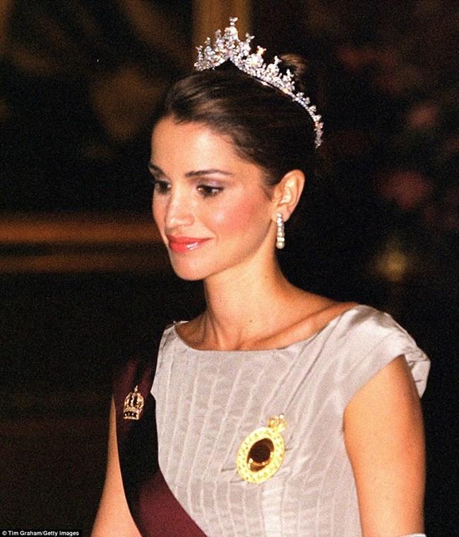 Кралицата на Йордания почти винаги е забелязвана да носи тиара по време на короновани приеми.