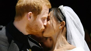 Първата съпружеска целувка на Хари и Меган (Снимки+Видео)