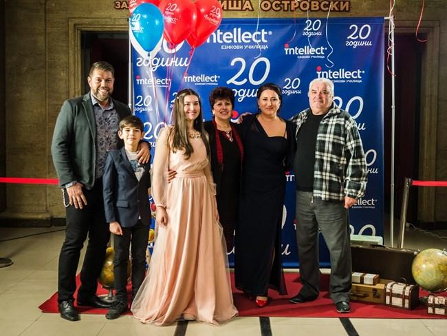 """Ваня заедно с майка си, баща си, своя съпруг и децата си на 20-ия рожден ден на """"Интелект"""""""