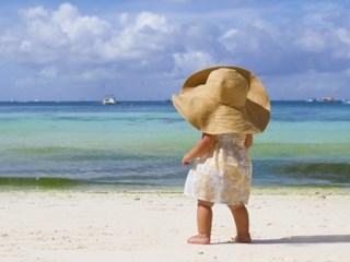 С дете на плаж