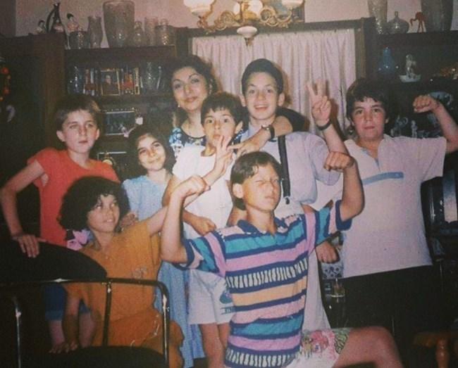 """Орлин Павлов се забавлява сред приятели през 1991 г. """"Не знаехме какво е селфи и бяхме непринудени"""", написа към снимката певецът."""