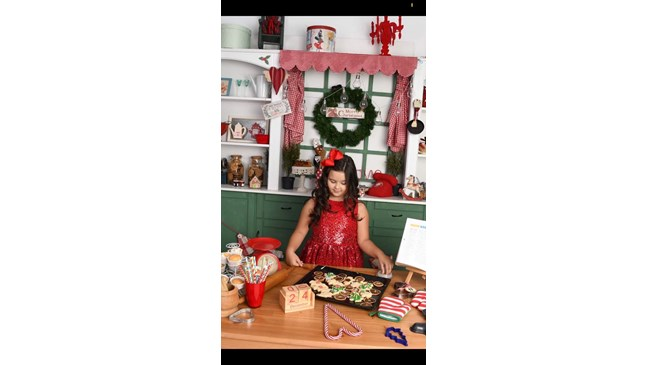 Карина приготвя празнични бисквити за посрещането на Дядо Коледа