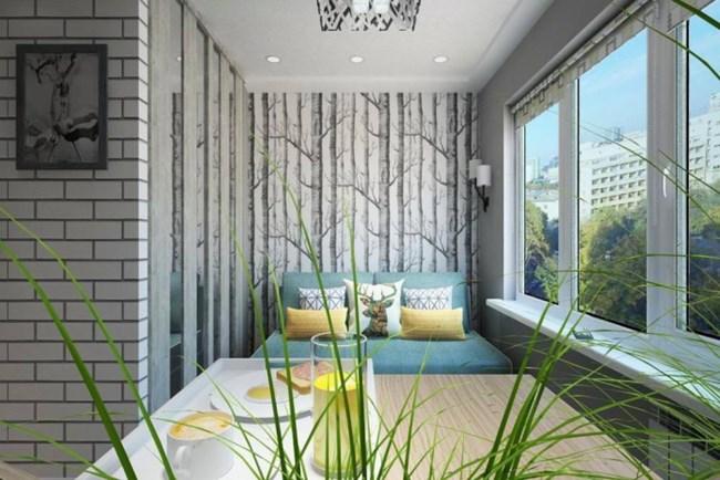 Отраженията на светлината в красивото огледало с дървени греди също помага за визуалното разширяване на пространството