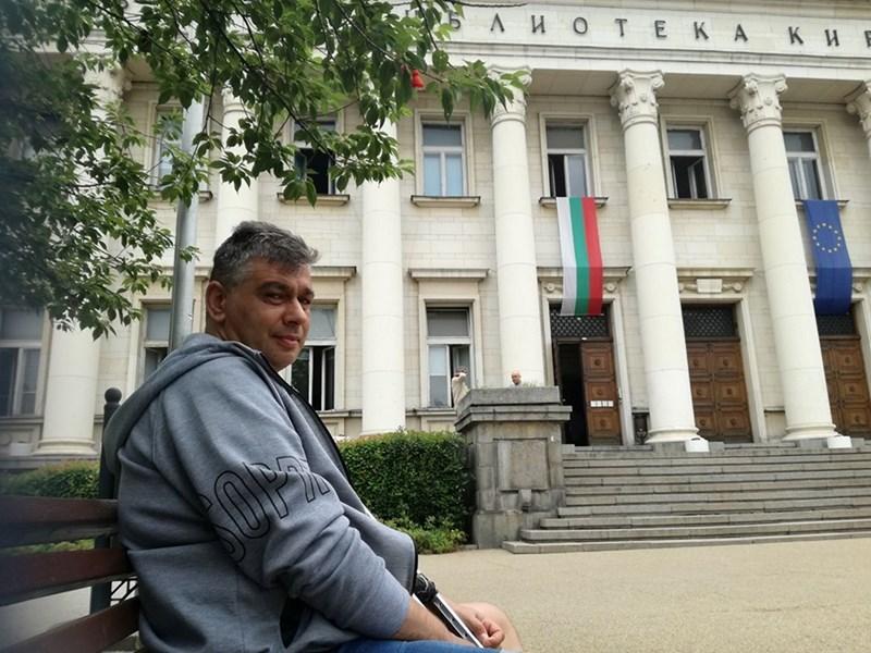 Пейките пред Народната библиотека са любимото място на Гълъбов
