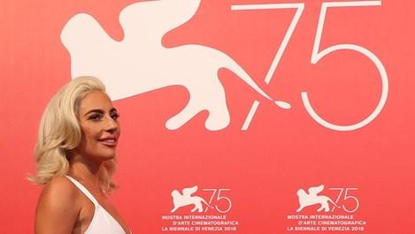 Лейди Гага подръка с Брадли Купър във Венеция (снимки)