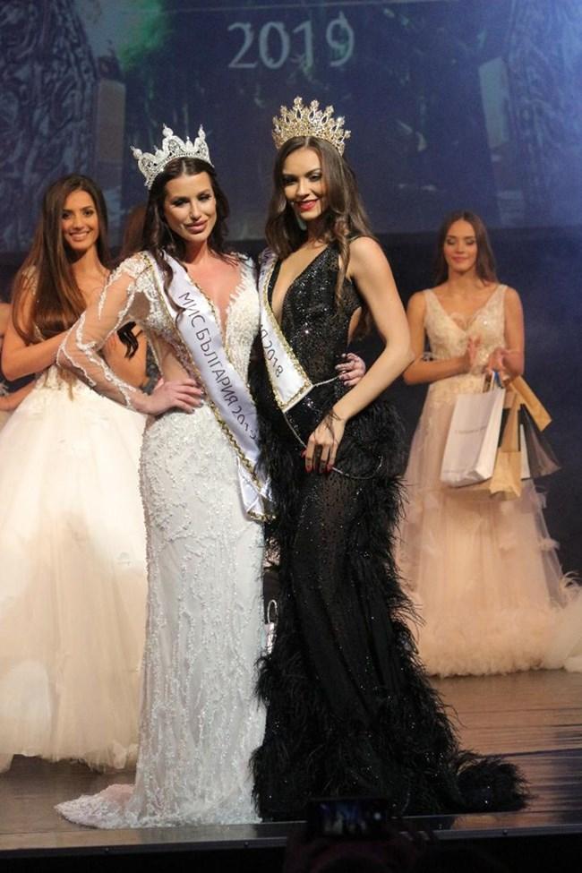 Мис България 2019 Радинела Чушева и миналогодишната носителка на короната Теодора Мудева.  СНИМКА: РУМЯНА ТОНЕВА