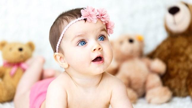Кога бебето започва да се изправя?