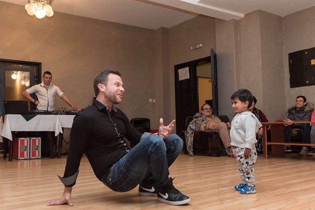 Ненчо Балабанов забавлява деца от приемни семейства