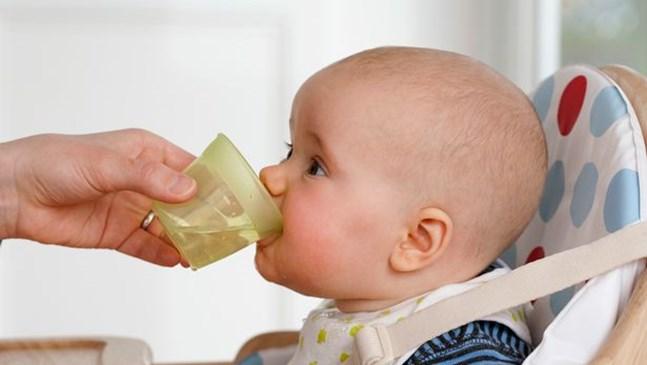 Да давам ли вода на бебето, докато го кърмя?