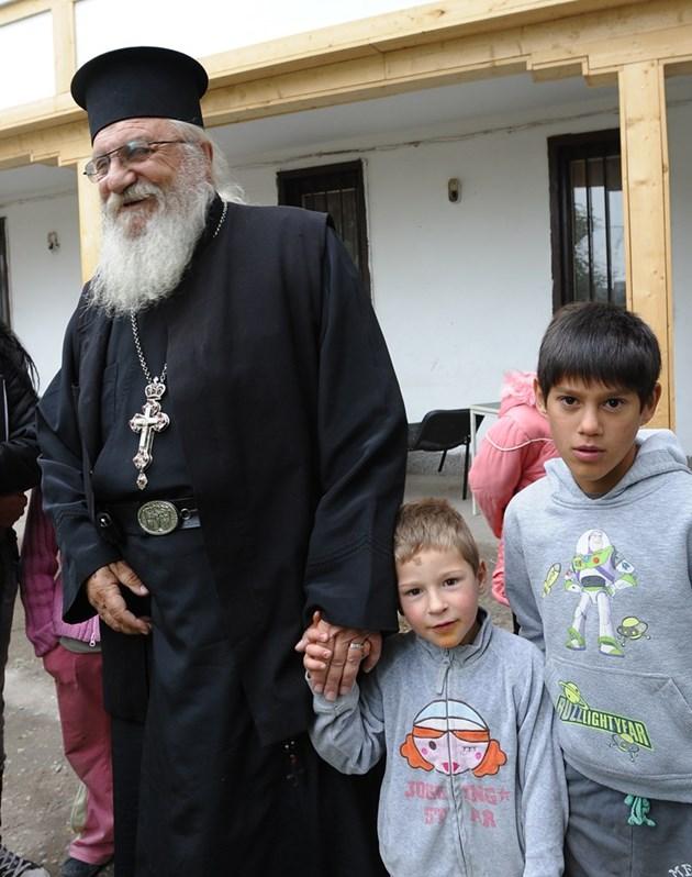 Отец Иван е притеснен от идващата зима