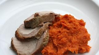 Пикантно свинско с пюре от моркови