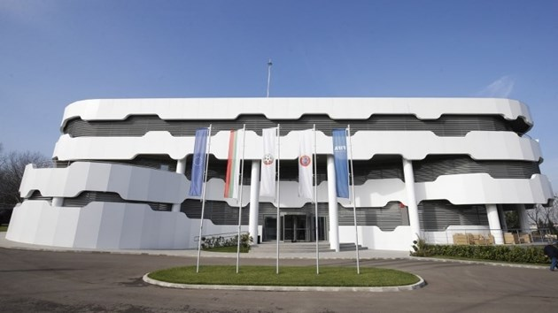 Полиция, жандармерия и ГДБОП влязоха във футболната ни централа в Бояна