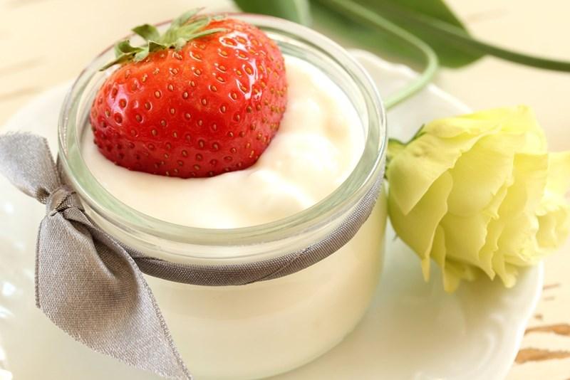 Най-добре е вместо  да купувате плодови  млека, сами да поставите пресни плодове върху  киселото мляко.    СНИМКА: ПИКСАБЕЙ