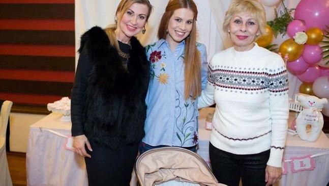 Илиана Раева показа внучката