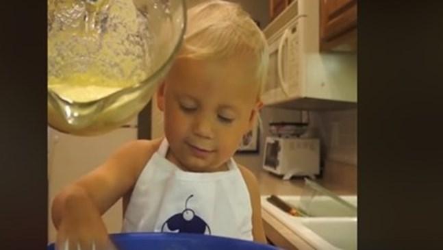 2-годишно момиченце със свое кулинарно шоу (Видео)