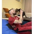 Малко кученце целува Делев