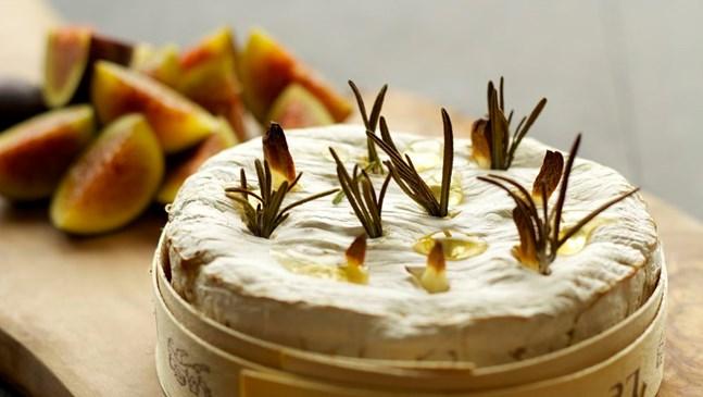 Запечено сирене с червен пипер и розмарин