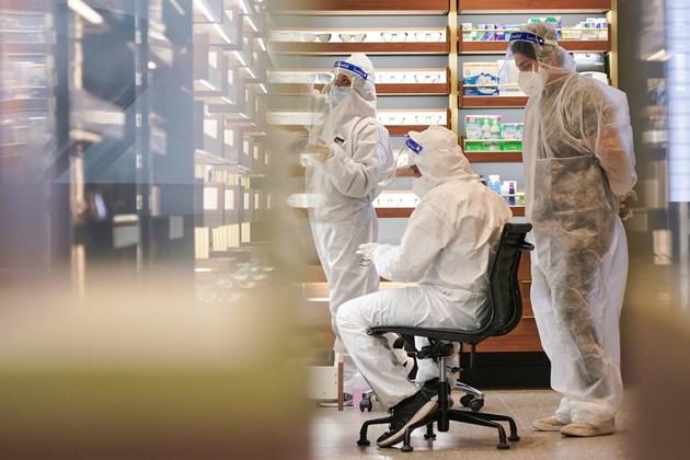 Екип за почистване работи в затворен магазин в центъра на Сидни, Австралия, по време на локдаун срещу разпространението на заразата.