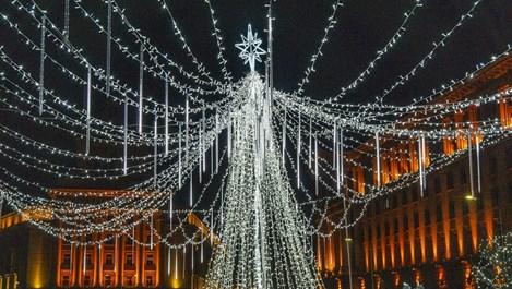 Коледната украса на столичното Ларго (Видео)