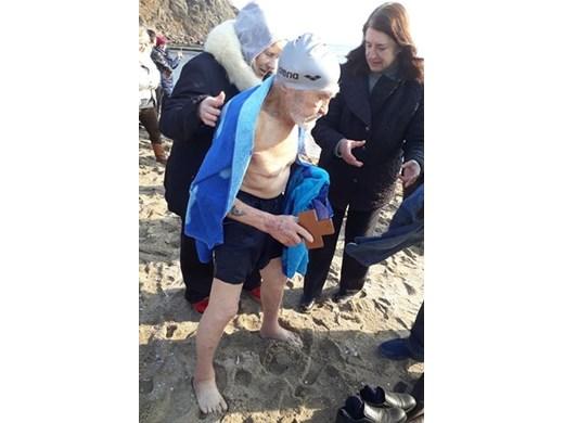 Рекорд! 93-годишният рибар Янко от Синеморец спаси Богоявленския кръст