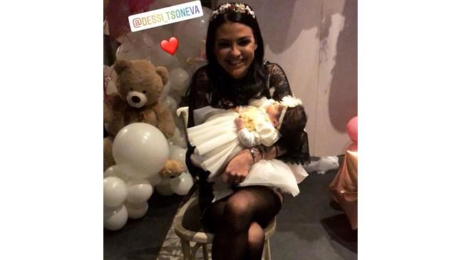 Деси Цонева с погача за дъщеря си