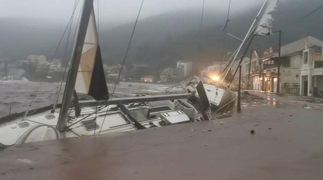 Циклонът в Гърция е причинил големи щети (Видео)