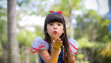 Защо не трябва да принуждаваме детето да прегръща и целува, когато не иска