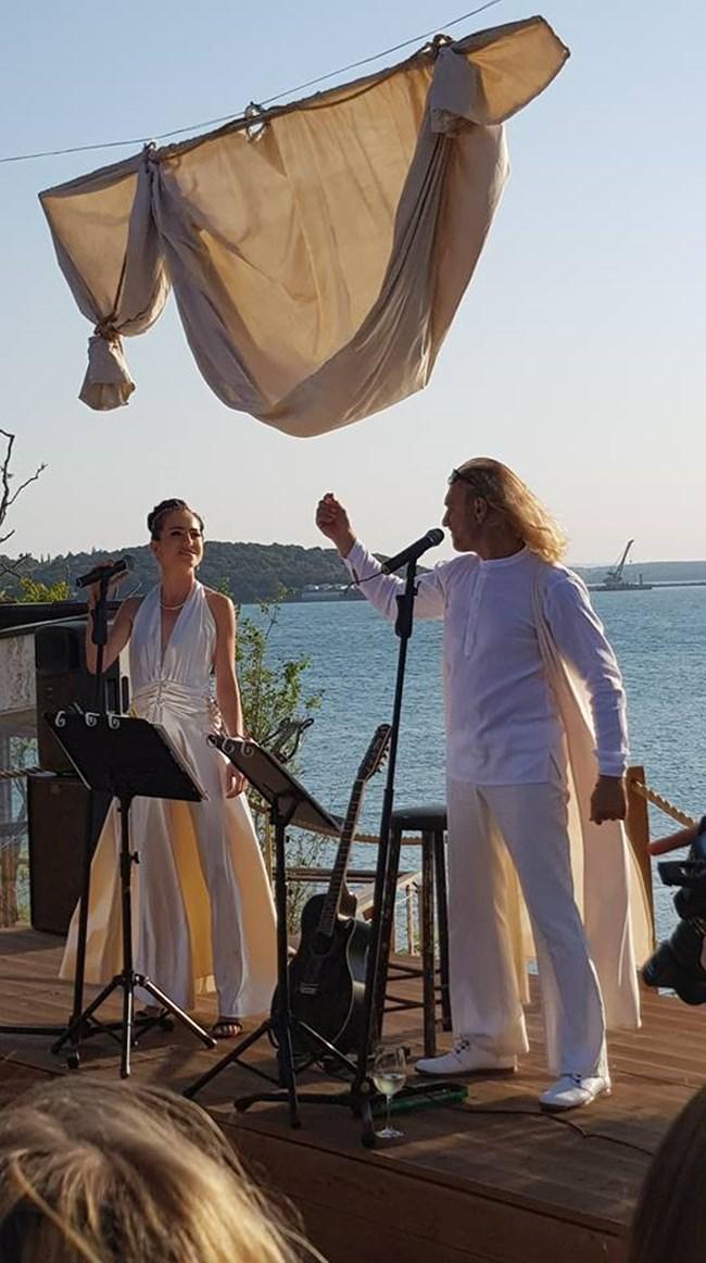 Кадър от концерта преди сватбата