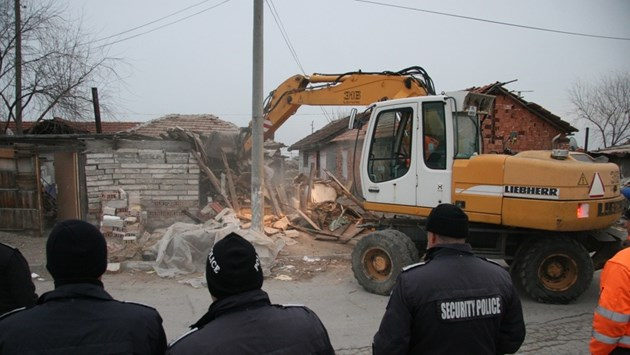 Сринаха 10 ромски къщи във Войводиново