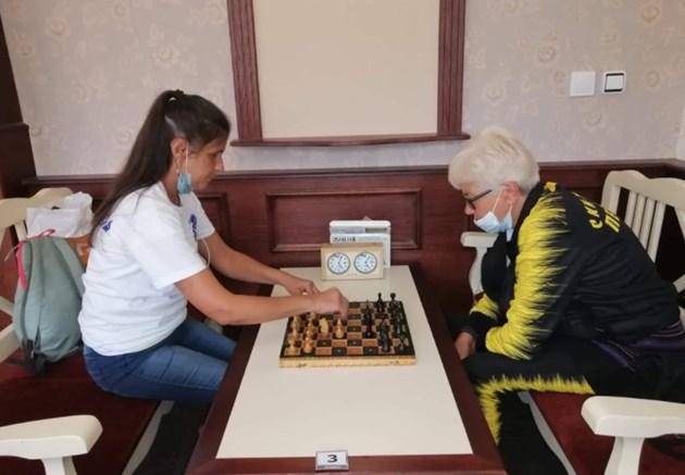 Кина Дамянова (вдясно) отлично играе шах