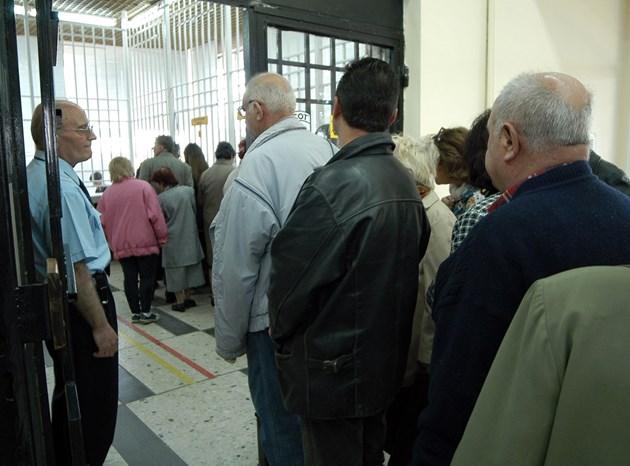 Пенсиите по карта или с роднина   Със заявка до НОИ пенсионерите над 68 г. могат да получат парите вкъщи