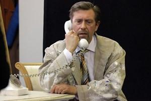 Героят на Калин Врачански в мюзикъла току-що научава, че няма да получи навреме парите за извършената от него работа.  СНИМКА: РУМЯНА ТОНЕВА