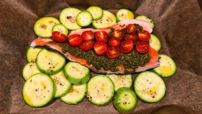 Филе от сьомга с песто, чери домати и тиквички