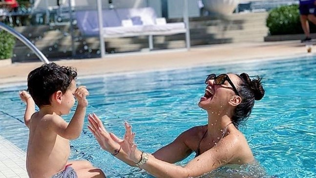 Мария Илиева плува със сина си в Маями