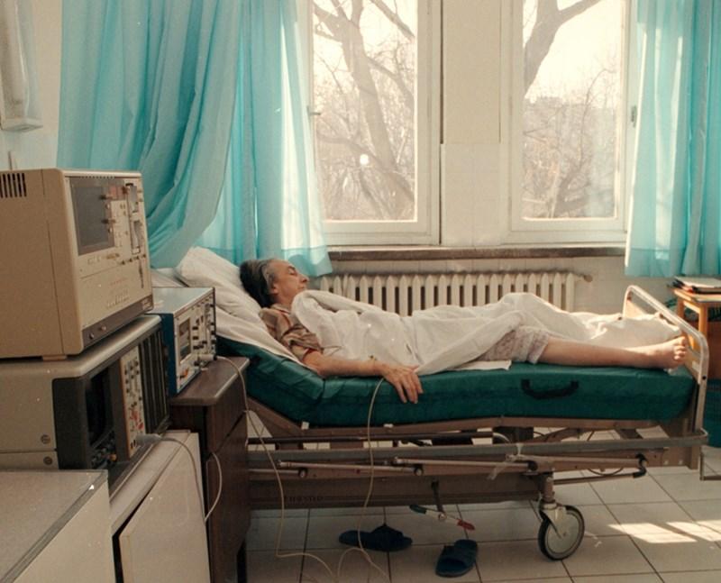Възрастна жена е приета в болница заради усложнения от грип. Хората над 65 години страдат най-тежко от вирусните заболявания през зимата.