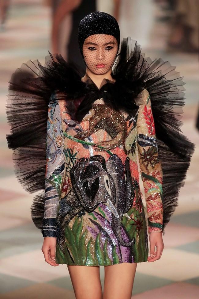 Кристиан Диор показа рокли и поло, които стигат до средата на бедрото.
