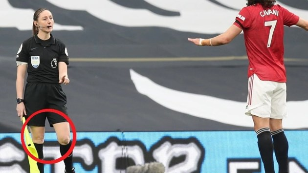 """Сайън Мейси-Елис размахва флагчето на """"Тотнъм"""" - """"Манчестър Юнайтед"""""""