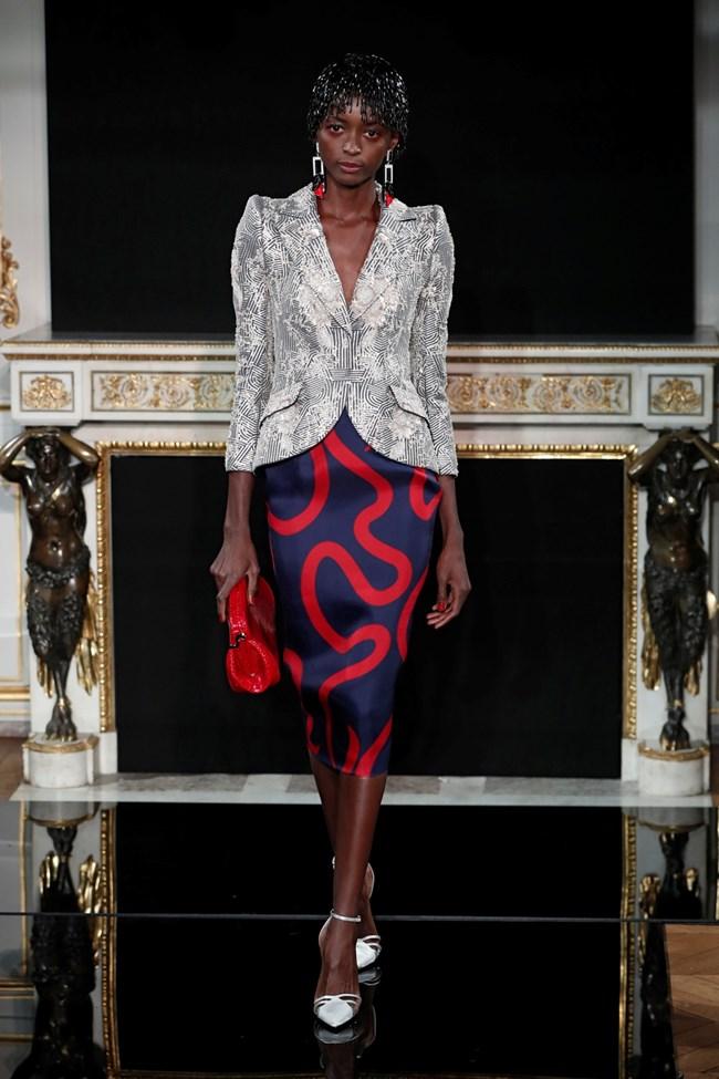 """Отново модел на """"Армани"""", в който се виждат червените детайли, а полата е под коляното."""